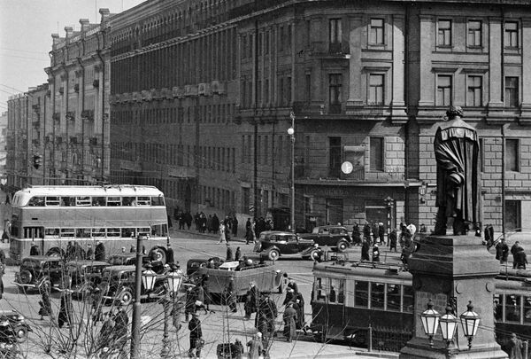 Памятник русскому поэту А.С.Пушкину на Тверском бульваре. Москва, 1939 год.