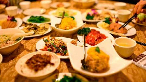 Блюда на столе одного из ресторанов Ярославля на пути маршрута в рамках проекта развития гастрономического туризма в Ярославской области