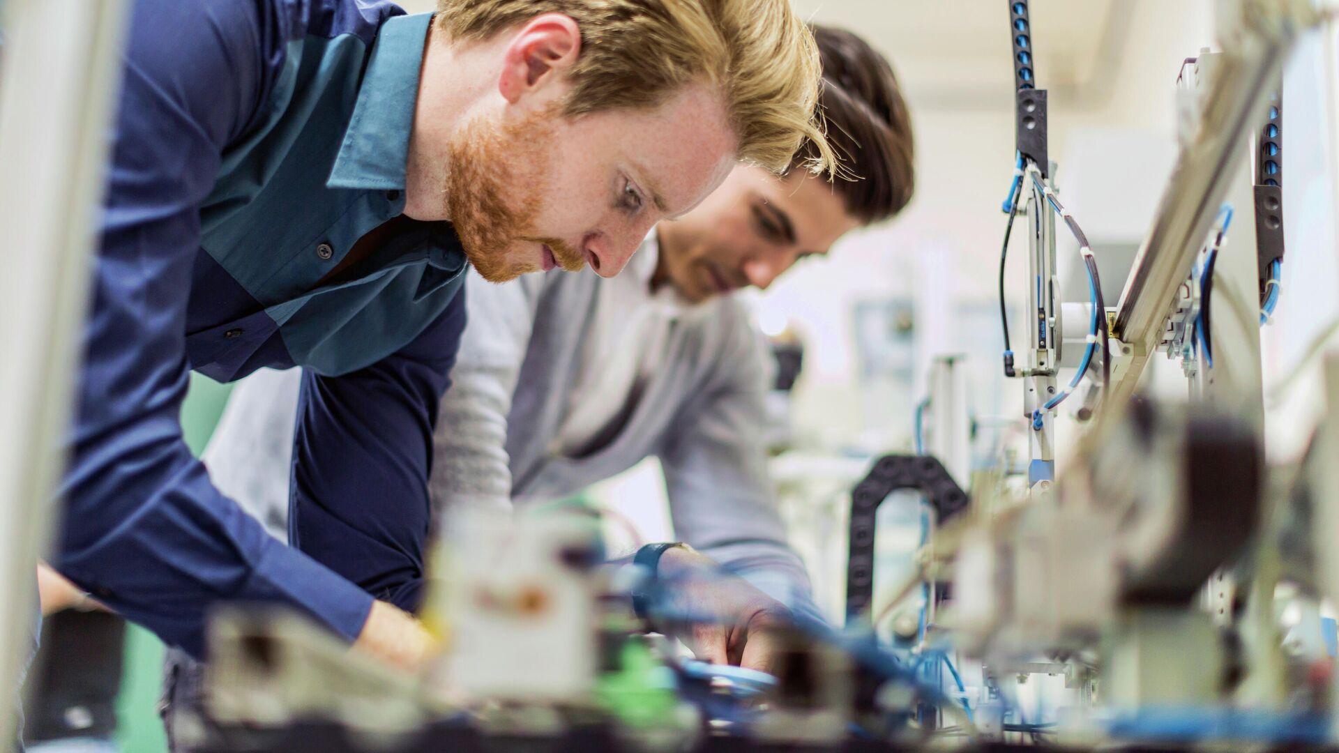 Инженеры во время работы над электронными компонентами микросхемы - РИА Новости, 1920, 25.03.2021