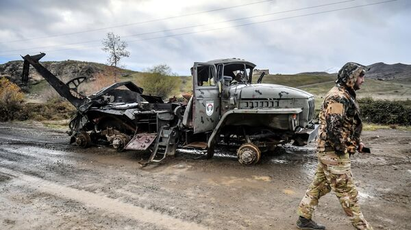 Сгоревший армянский военный автомобиль на окраине Джабраила