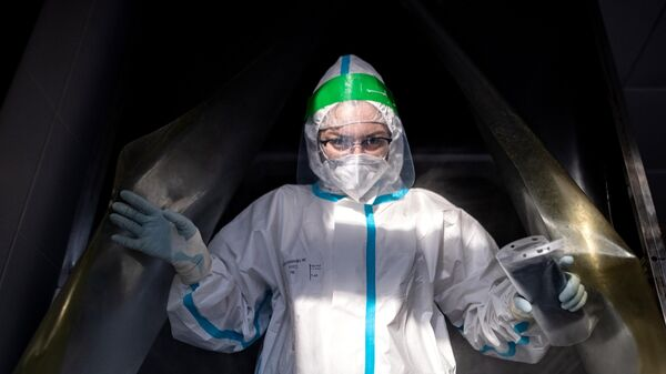 Медицинский работник в санитарном шлюзе городской клинической больнице №15 имени О. М. Филатова в Москве