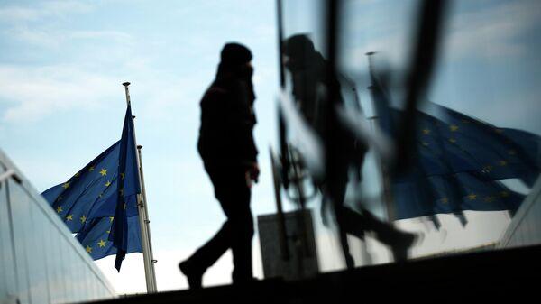 Прохожий возле штаб-квартиры Европейской комиссии в Брюсселе