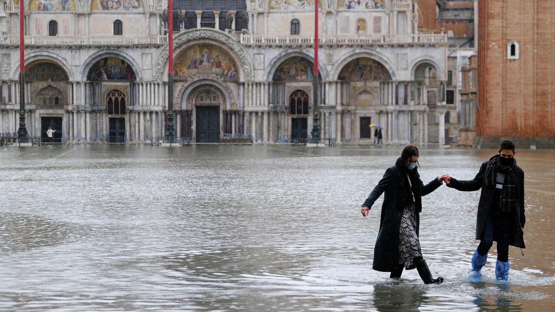 Пара на затопленной площади Святого Марка в Венеции - РИА Новости, 1920, 09.12.2020
