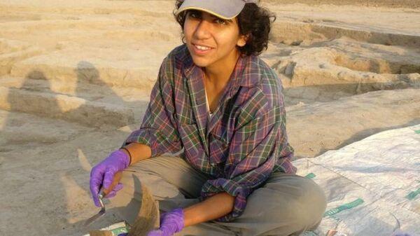 Первый автор статьи Акшета Сурьянараян отбирает образцы керамики для анализа остатков пищи