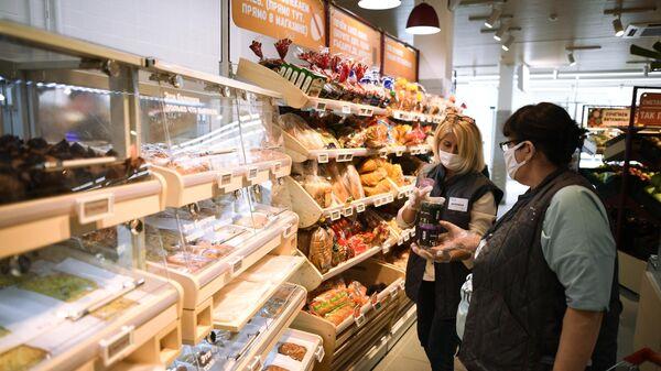 Продавцы в отделе хлебобулочных изделий магазина Магнит в Москве