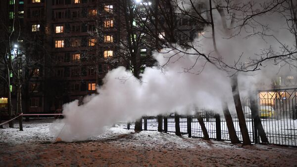 Место прорыва трубы с горячей водой на улице Теплый стан в районе дома 12