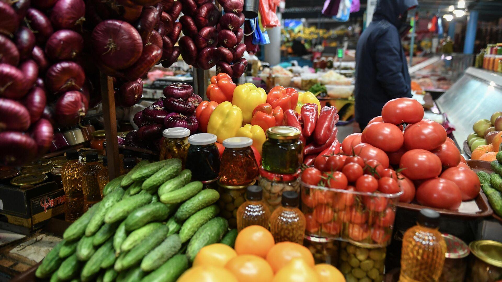 Продажа овощей и фруктов на Ялтинском овощном рынке - РИА Новости, 1920, 24.12.2020