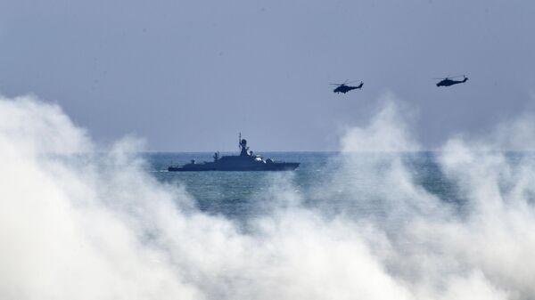 Малый ракетный корабль Углич и вертолеты Ми-35, Ми-24