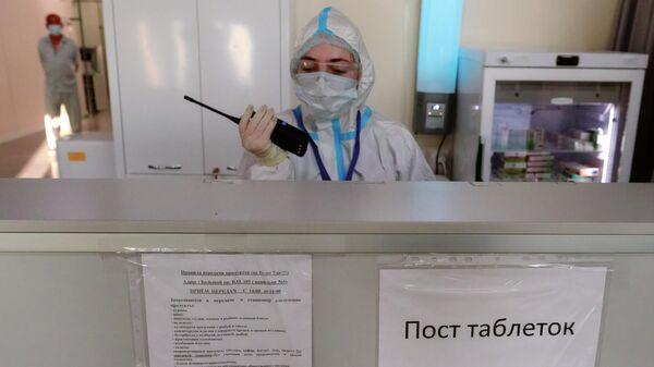 Пост таблеток в отделении больных средней тяжести во временном госпитале для больных COVID-19, организованном в выставочном комплексе Ленэкспо