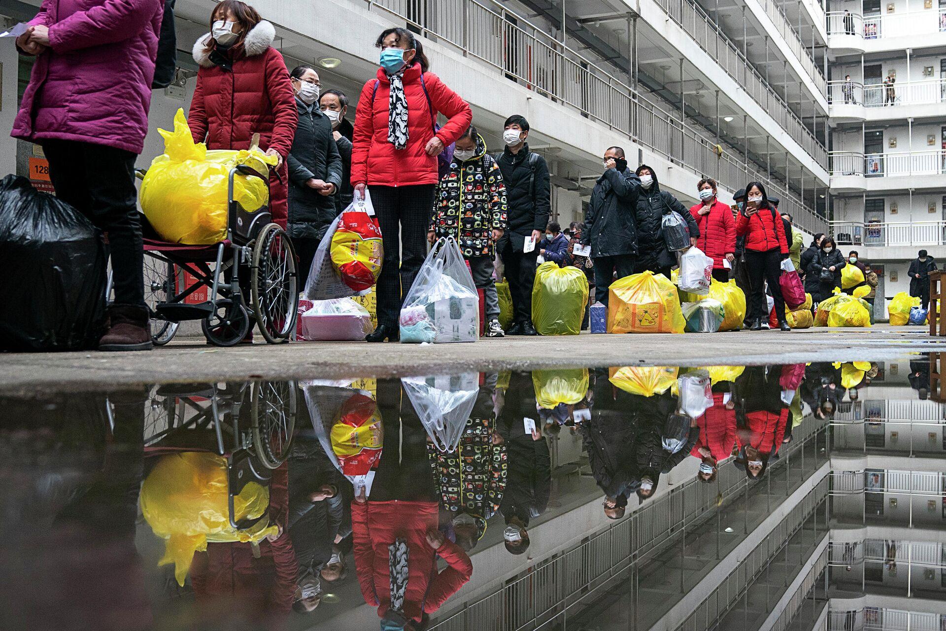 Люди, вылечившиеся от коронавируса, готовятся покинуть реабилитационный центр после 14-дневного карантина для медицинского наблюдения в Ухане - РИА Новости, 1920, 11.12.2020
