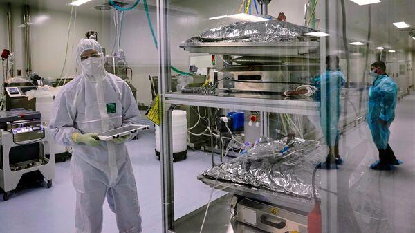 Сотрудники цеха производства вакцины от коронавируса