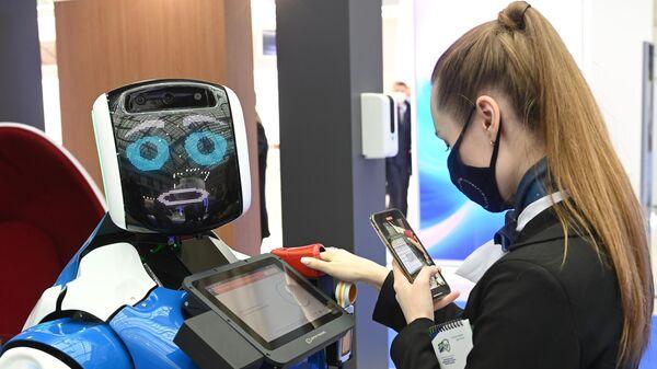 Медицинский помошник - промобот на XIV Международном форуме Транспорт России в Гостином дворе в Москве