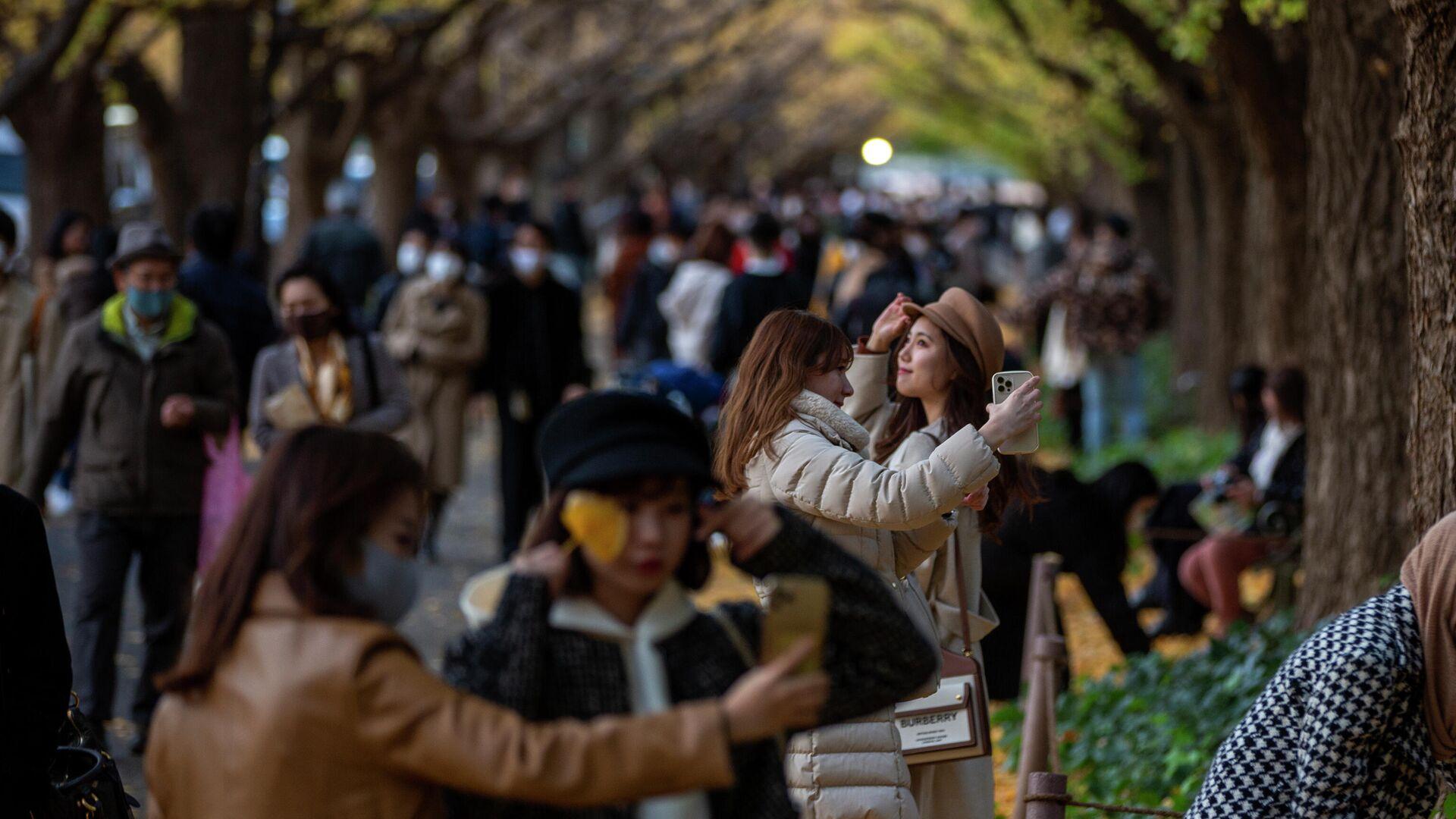 Люди на прогулке в Токио  - РИА Новости, 1920, 03.03.2021