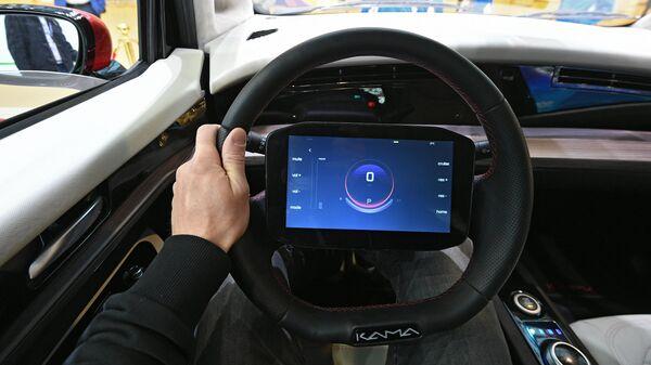 Дисплей бортового компьютера на руле электромобиля Кама-1, представленного на выставке ВУЗПРОМЭКСПО 2020 в Москве