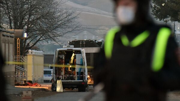 Сотрудники спецслужб у места гибели боевика, совершившего самоподрыв при попытке задержания в Карачаево-Черкесии