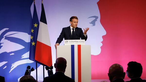 Президент Франции Эммануэль Макрон произносит речь о борьбе с религиозным сепаратизмом в Ле-Мюро, Франция