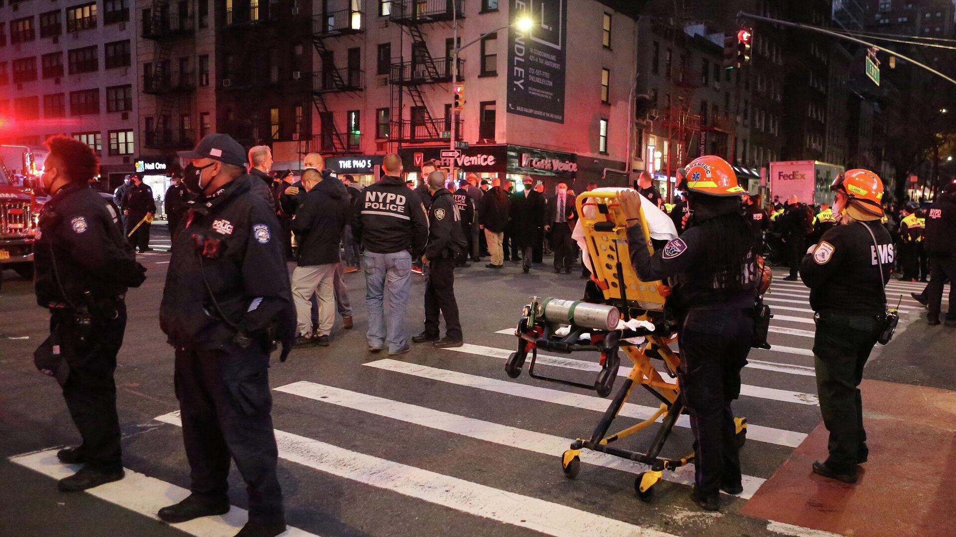 Автомобиль врезался в толпу демонстрантов в центре Нью-Йорка - РИА Новости, 1920, 12.12.2020