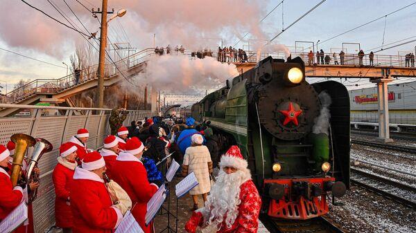 Ретропоезд с туристами из Москвы на станции в Калуге