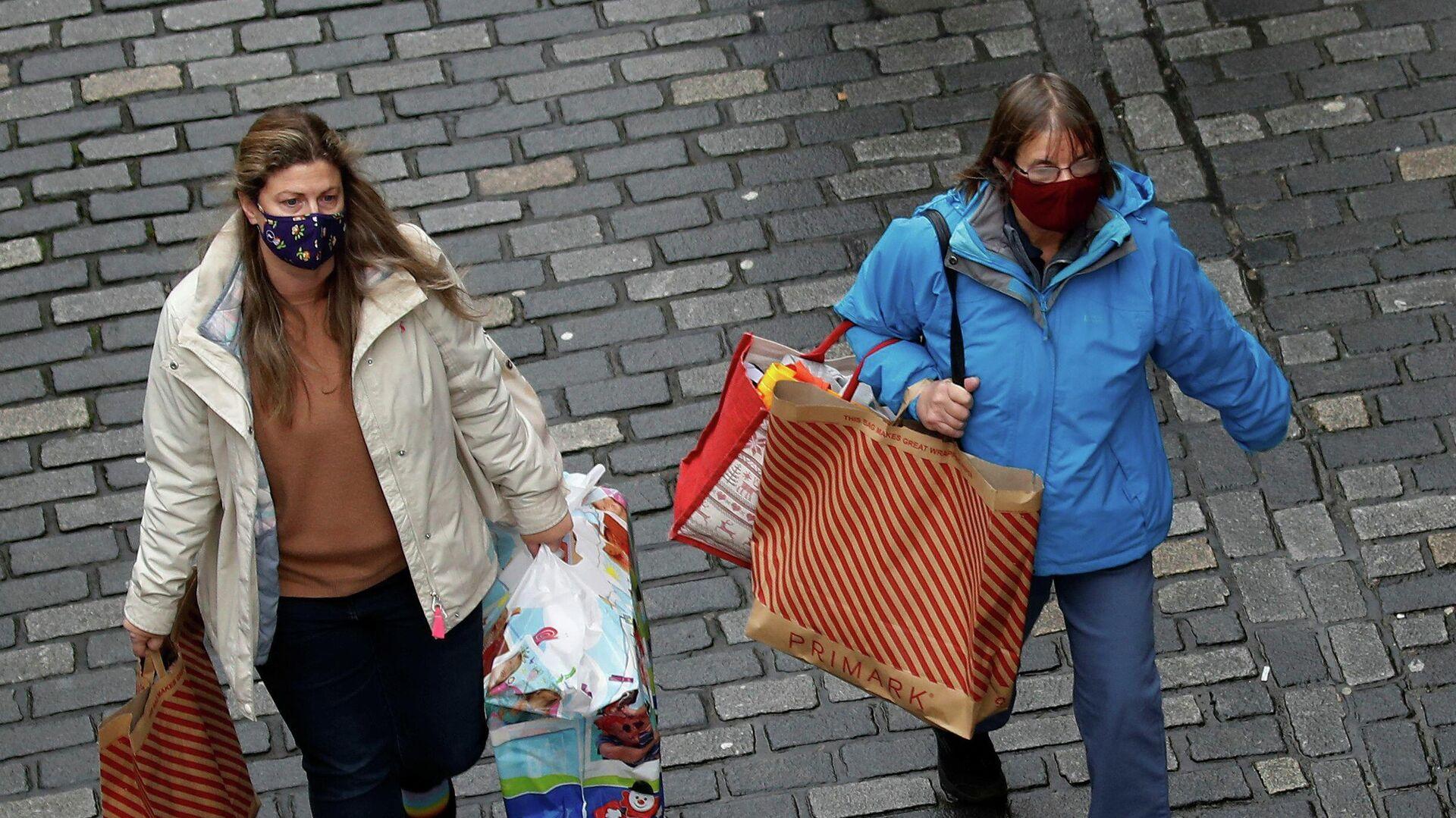 Покупатели с сумками в Честере, Великобритания - РИА Новости, 1920, 21.12.2020