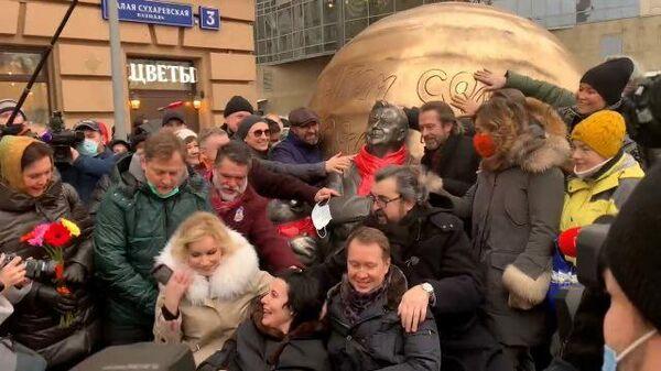 Музыка и крики Ура!: в Москве открыли памятник Олегу Табакову