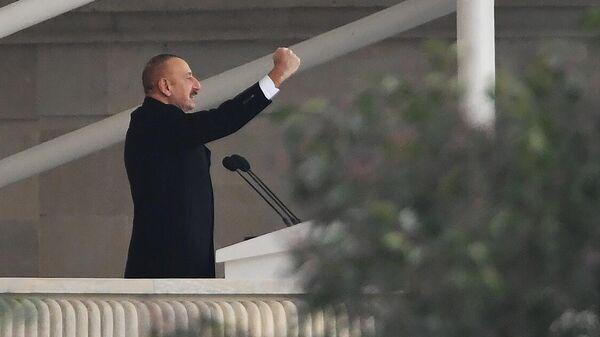Президент Азербайджана Ильхам Алиев выступает на военном параде в Баку