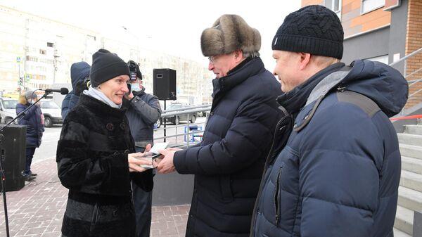 Омский губернатор вручил ключи от квартир дольщикам дома-долгостроя