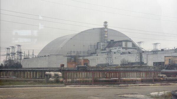 Изоляционное арочное сооружение над разрушенным в результате аварии 4-м энергоблоком Чернобыльской АЭС