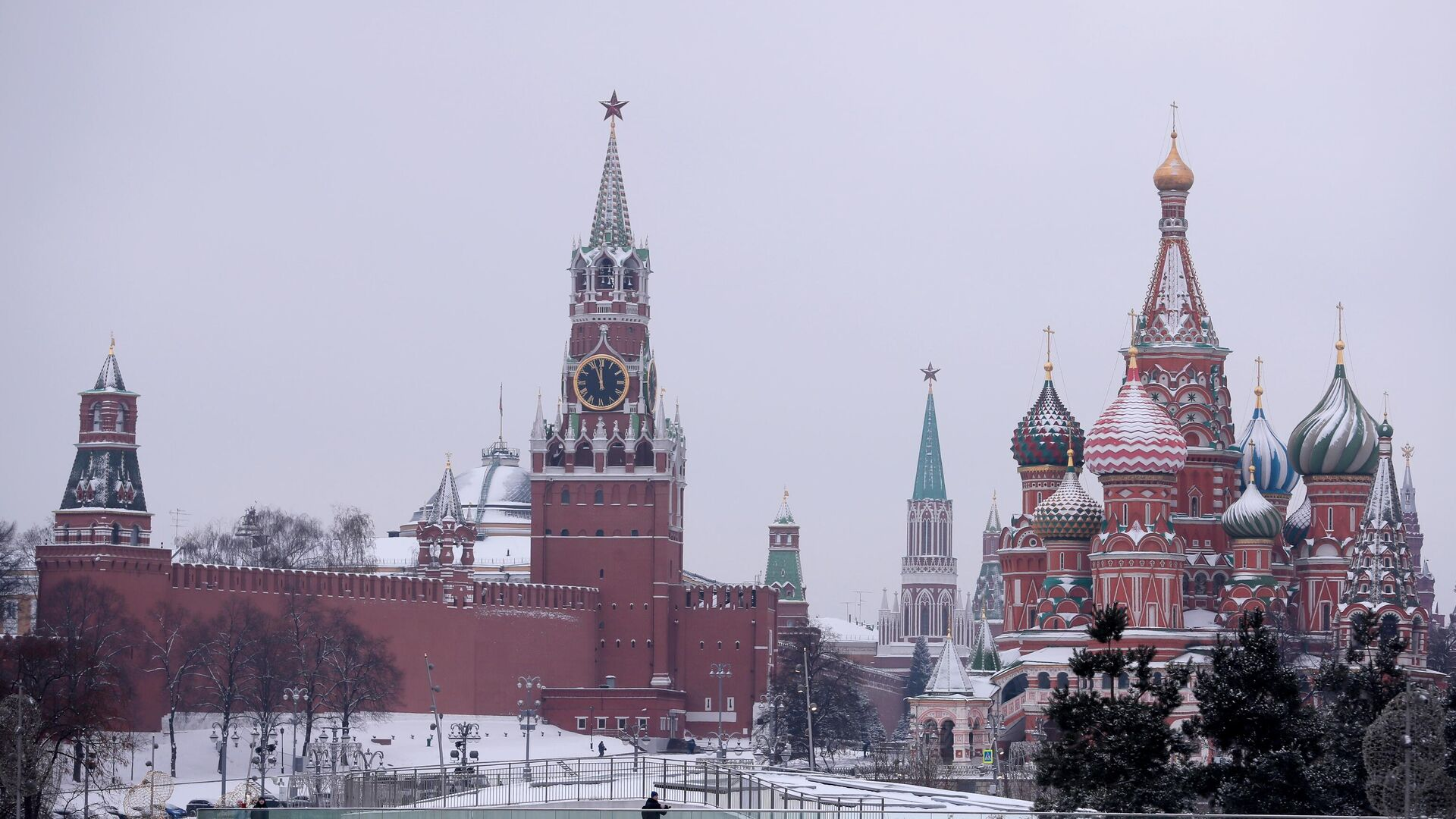 Вид из парка Зарядье на Покровский собор и Спасскую башню Московского Кремля - РИА Новости, 1920, 13.01.2021