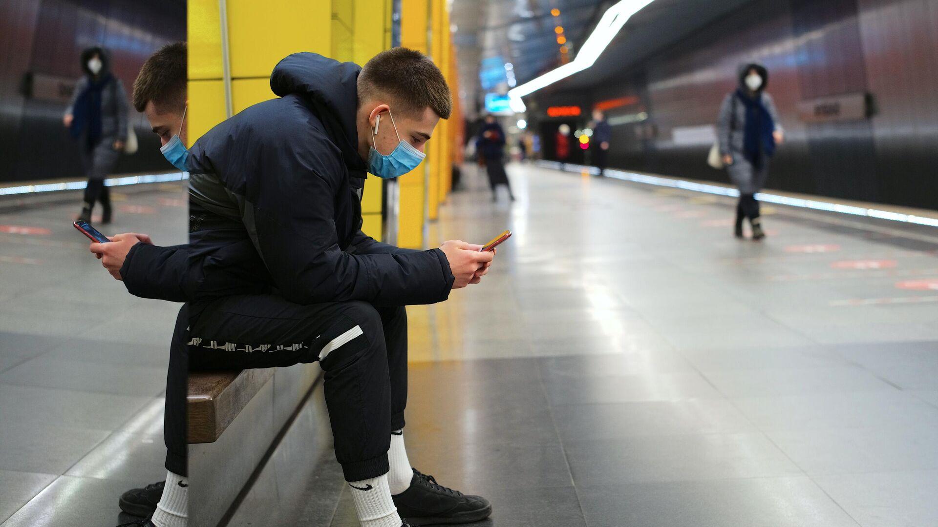 Молодой человек в защитной маске на платформе метро Жулебино Московского метрополитена - РИА Новости, 1920, 22.12.2020