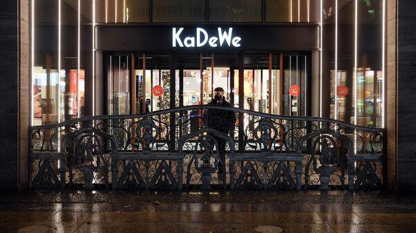 Охранник у входа в универмаг KaDeWe перед началом самоизоляции жителей в Берлине, Германия