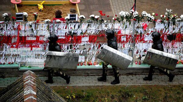Сотрудники правоохранительных органов во время акции протеста у народного мемориала в память о погибшем 12 ноября жителе белорусской столицы Романе Бондаренко