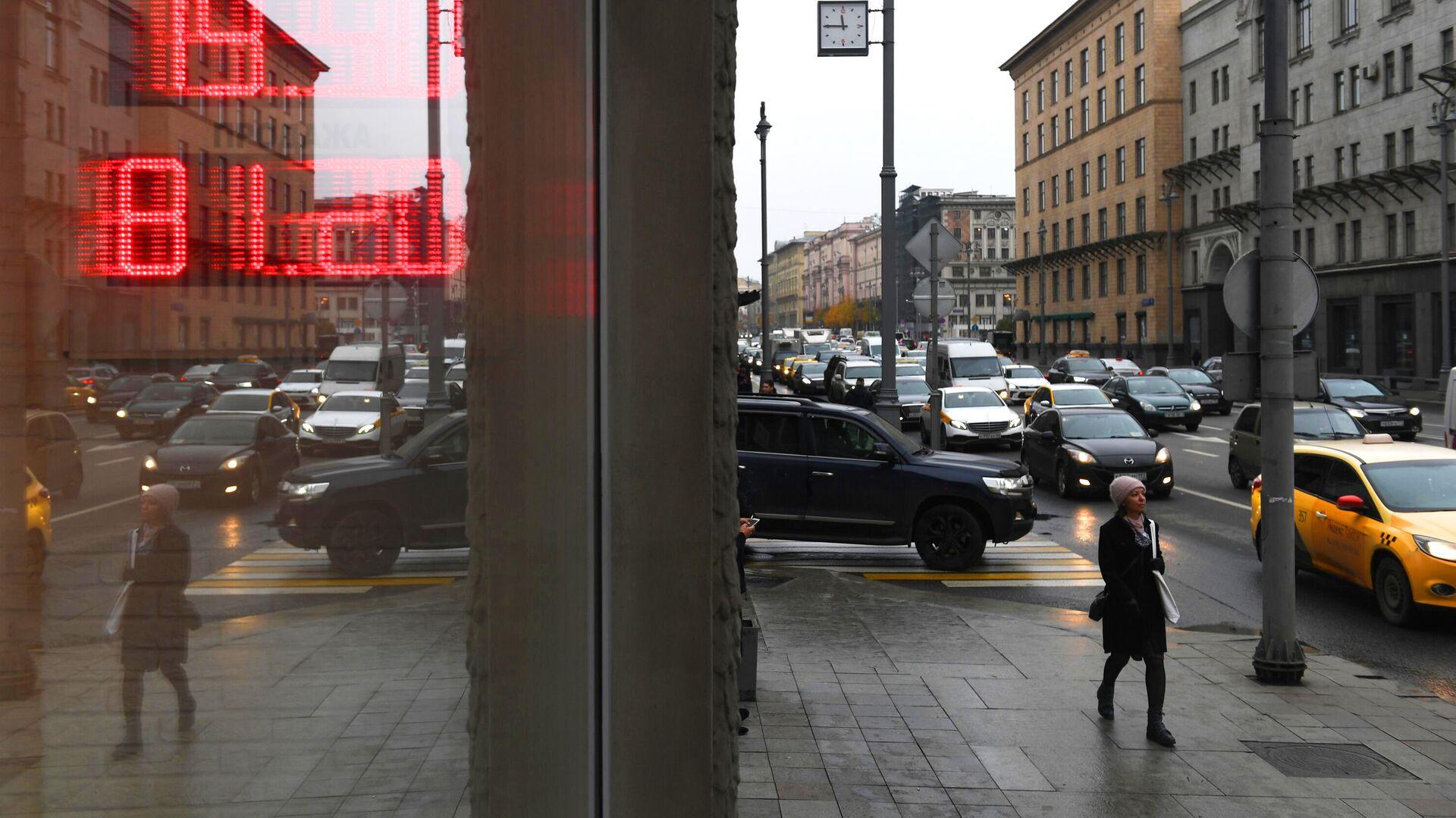 Отражение электронного табло с курсами валют на одной из улиц в Москве - РИА Новости, 1920, 01.02.2021