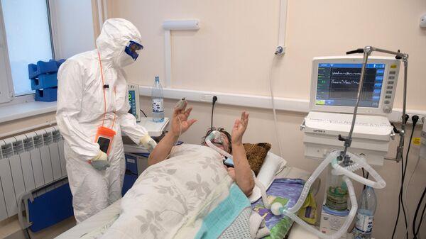 Медицинский работник общается с пациентом в госпитале для лечения больных COVID-19 в Тверской областной больнице