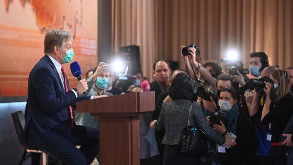 Пресс-секретарь президента РФ Дмитрий Песков на ежегодной большой пресс-конференции президента РФ Владимира Путина в Центре международной торговли на Красной Пресне