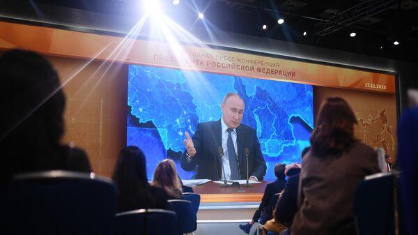 Президент России Владимир Путин в режиме видеоконференции участвует в ежегодной пресс-конференции в Центре международной торговли на Красной Пресне
