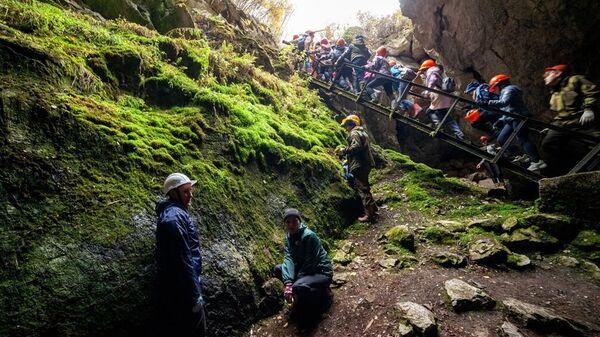 Выход туристов из Бородинской пещеры