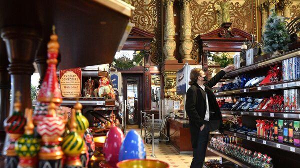Покупатель в торговом зале Елисеевского магазина на Тверской улице в Москве