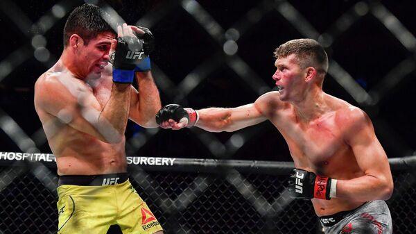 Стивен Томпсон (справа) в бою с Висенте Люке
