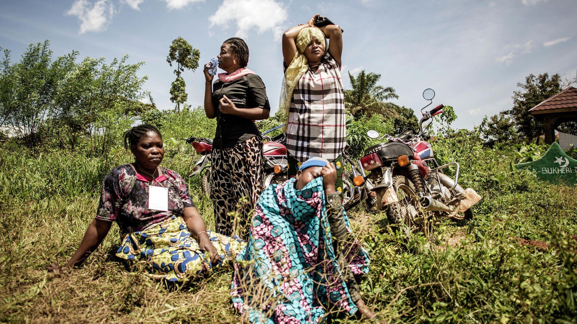 Женщины оплакивают кончину члена семьи во время похорон на окраине города Бени, провинция Северное Киву - РИА Новости, 1920, 15.02.2021