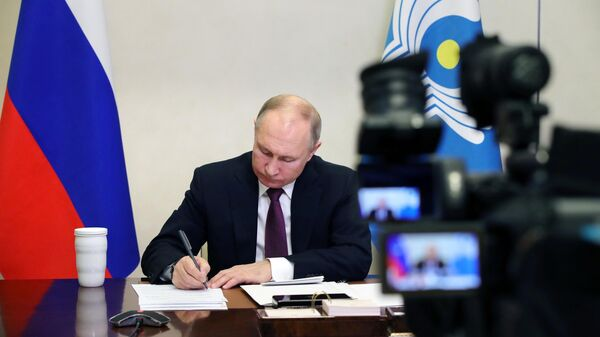 Президент России Владимир Путин принимает участие в онлайн-заседании Совета глав государств СНГ в режиме видеоконференции