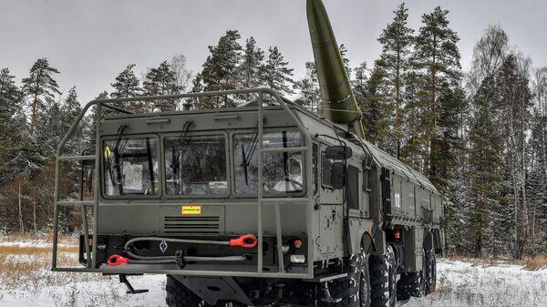 Развертывание пусковой установки во время тренировки расчетов оперативно-тактических ракетных комплексов Искандер в Ивановской области