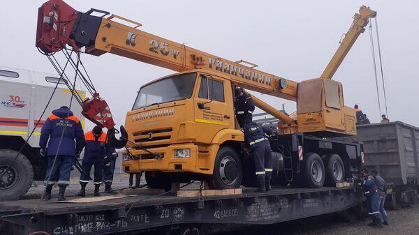 Сотрудники МЧС РФ разгружают гуманитарный груз, предназначенный для восстановительных работ на объектах социально-значимой инфраструктуры Нагорного Карабаха