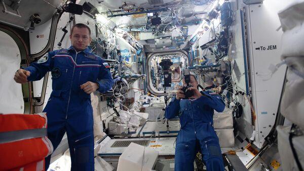 Космонавты Роскосмоса Сергей Рыжиков и Сергей Кудь-Сверчков на МКС