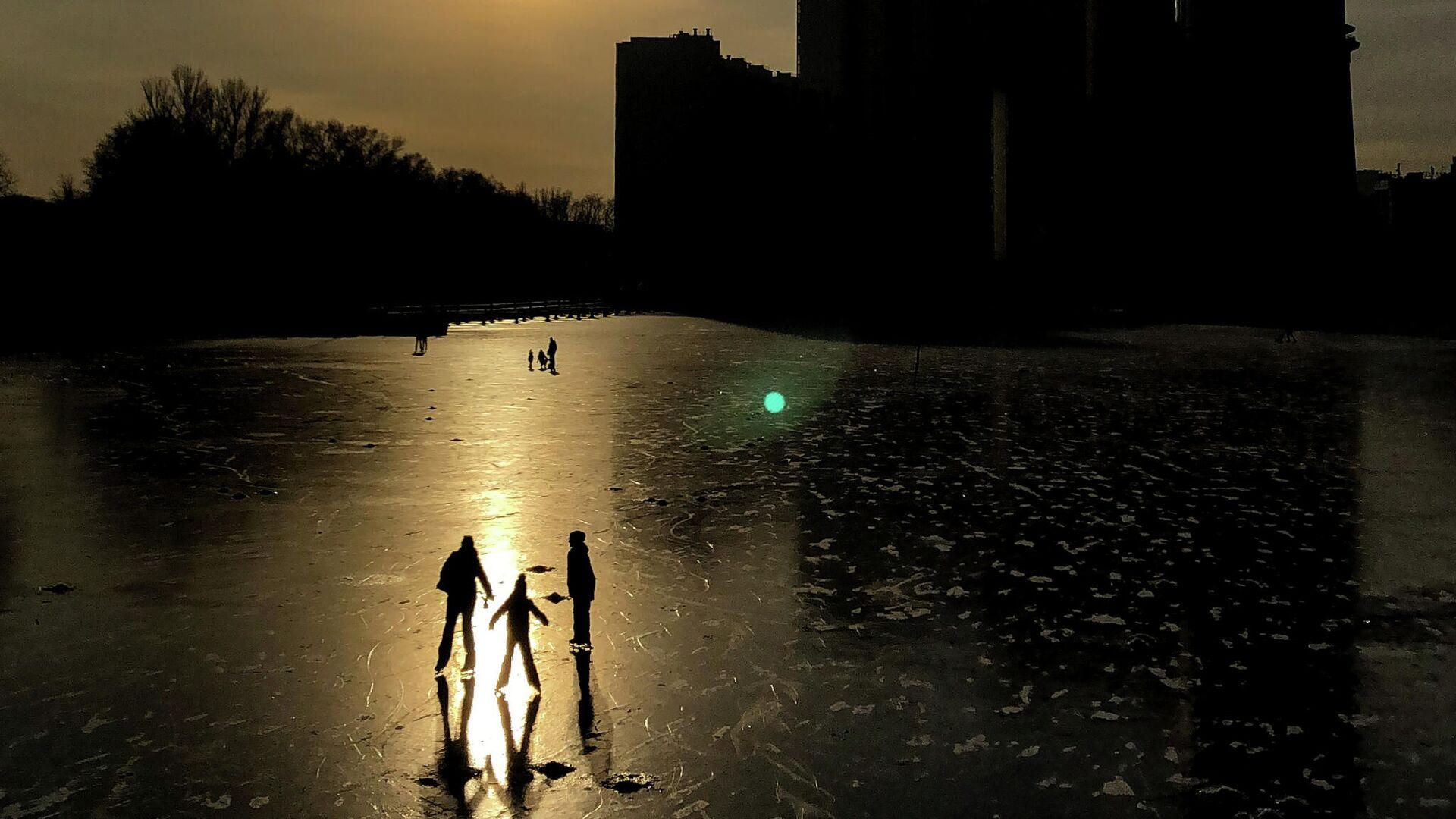 Люди катаются на коньках по замерзшему каналу имени Москвы в Химках - РИА Новости, 1920, 20.01.2021