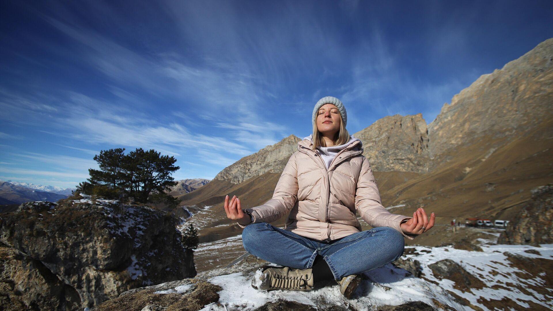Девушка медитирует на на территории Цей-Лоамского перевала - РИА Новости, 1920, 14.01.2021