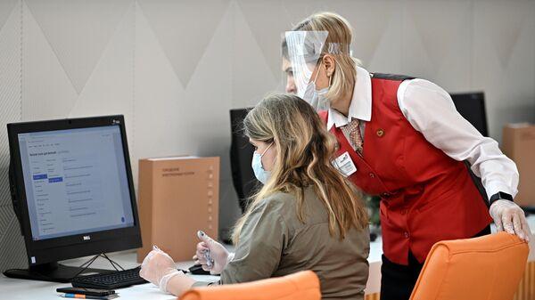 Сотрудница и посетительница нового флагманского центра МФЦ в ТЦ Щелковский в Москве