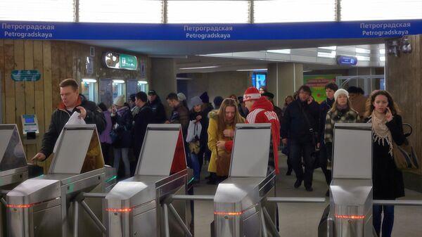 Пассажиры на станции метро Петроградская в Санкт-Петербурге