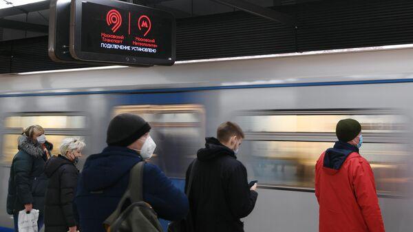 Пассажиры на станции Хорошёвская Большой кольцевой линии московского метрополитена