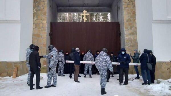 Судебные приставы у входа в Среднеуральский монастырь