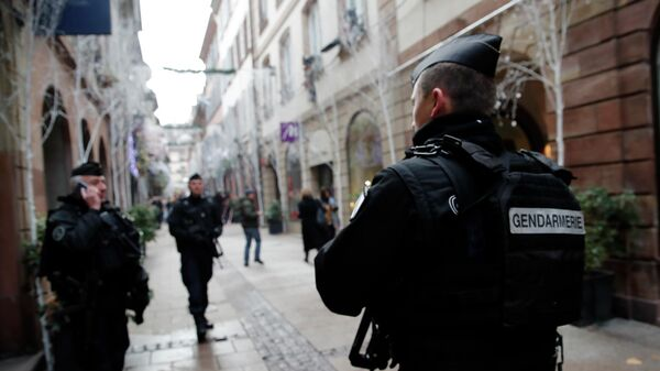 Французские жандармы патрулируют улицу